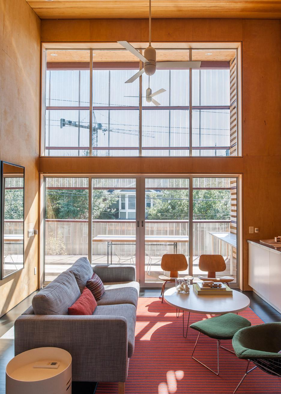shotgun-chameleon-zdes-sustainable-house-timber-texas_dezeen_936_13